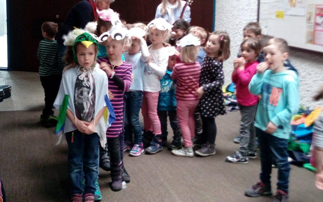 Kinder bringen den Frühling zum Seniorennachmittag