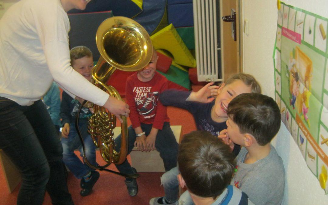 Vorschulkinder lernen Musikinstrumente kennen