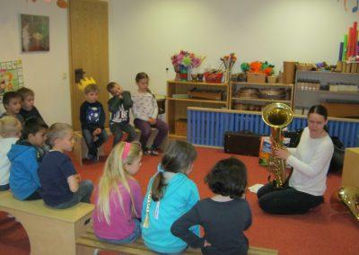 Die Kinder hören aufmerksam zu