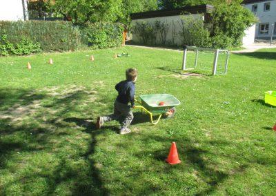 rennen und Schubkarren ausbalancieren