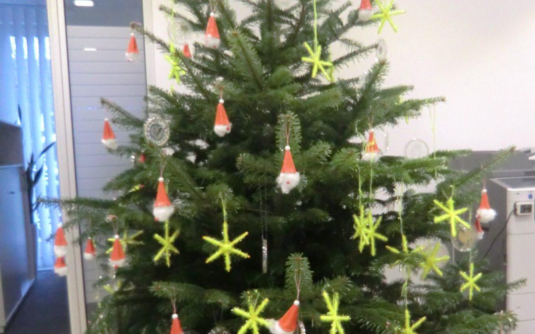 Die ABCs schmücken den Christbaum in der Volksbank Staig